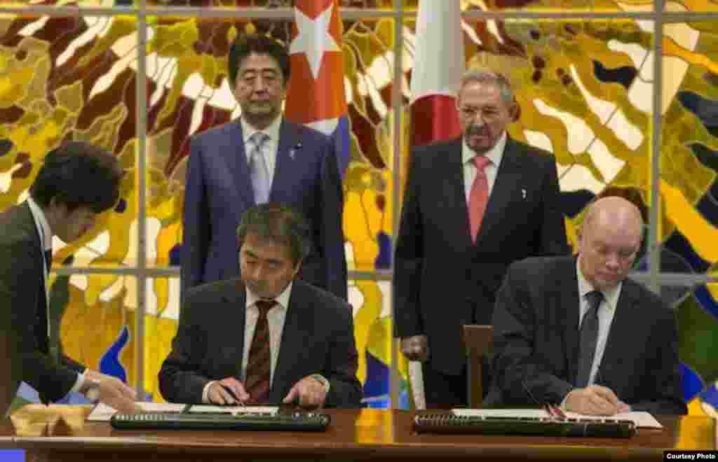 shinzo Abe y Raúl castro presenciqan un intercambio de notas que oficializaron la entrega de un donativo de Japón a Cuba.