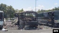 Fotografía del 19 de julio de 2012, y se ve estado en que quedó el autocar turístico tras el atentado antiisraelí en Burgas (Bulgaria).