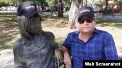El escritor Ángel Santiesteban junto a John Lenon, ambos con gorra de Plantados