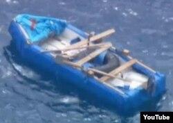 Bote rústico de poliespuma y plywood hallado cerca de seis migrantes, a 5 millas de Key Byscaine (WTVJ).
