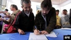 Carlos Vera (d) 2010 durante recolección de firmas con el fin de convocar una consulta popular para revocar mandato de Correa