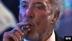 El cantante y actor británico Tom Jones fuma un tabaco durante su presentación este 28 de febrero de 2014 en la cena de clausura del XVI Festival del Habano.