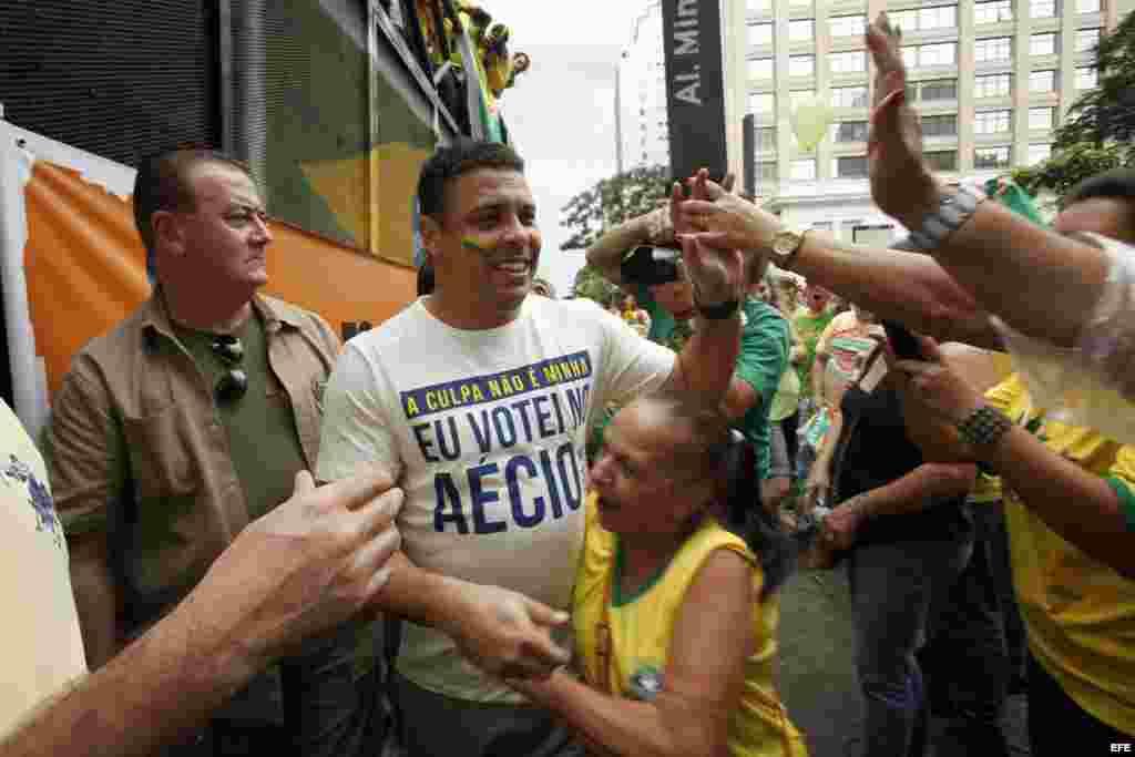 El ex futbolista brasileño Ronaldo participa en una manifestación contra la presidenta Dilma Rousseff.