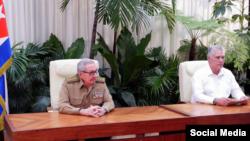 """Miguel Díaz-Canel da lectura a la entrada del """"ordenamiento"""" bajo la mirada del general Raúl Castro."""