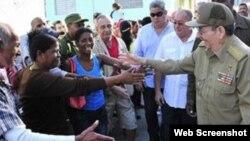 """Raúl Castro saludó a la multitud y hasta pronunció un discurso en una """"improvisada"""" tribuna."""