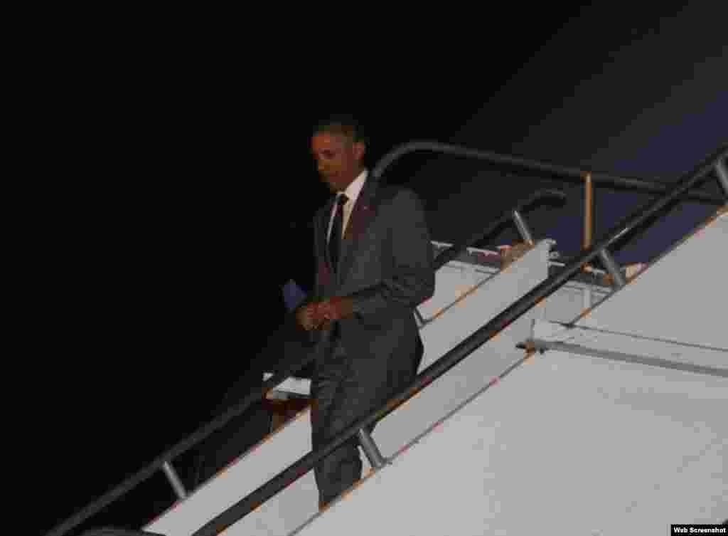 Obama baja del avión a su llegada a Panamá.