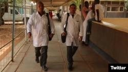 Los médicos cubanos secuestrados en Kenia, a la izquierda Assel Herrera y Landy Rodríguez. (Twitter)