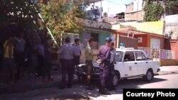 Efectivos policiales en Santiago de Cuba. Foto tomada con un teléfono, cedida por la activista de UNPACU, Katerine Mojena.
