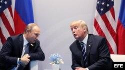 El presidente ruso, Vladímir Putin, conversa con el presidente estadounidense, Donald J. Trump, en la cumbre del G20.