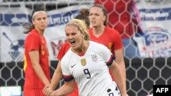 Lindsey Horan de los EE.UU. celebra después de marcar un gol durante el partido amistoso de fútbol internacional femenino entre los EE.UU. y Bélgica en el Banc of California Stadium de Los Ángeles el 7 de abril de 2019.