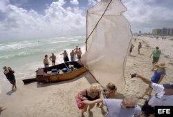 Un grupo de 14 inmigrantes cubanos llega a Miami Beach en una balsa. EFE