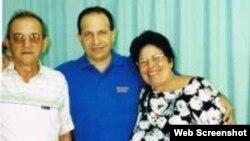 Rolando Sarraff junto a sus padres durante una visita en la cárcel hace más de dos años.