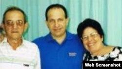 Rolando Sarraff junto a sus padres durante una visita en la cárcel hace más de dos años