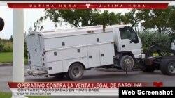 Uno de los camiones adaptados para almacenar gasolina comprada ilegalmente es remolcado por las autoridades (T51.com)