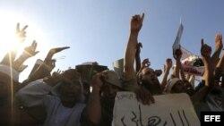 Seguidores del depuesto presidente Mohamed Morsi durante una concentración en las proximidades de la mezquita Rabaa al-Adawiya en El Cairo (Egipto) hoy, 26 de julio de 2013