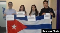 Jóvenes cubanos participan en cumbre de Bogotá.