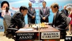 Los Grandes Maestros Viswanathan Anand (i) y Magnus Carlsen (d) disputan el Mundial de ajedrez en Madrás, India.