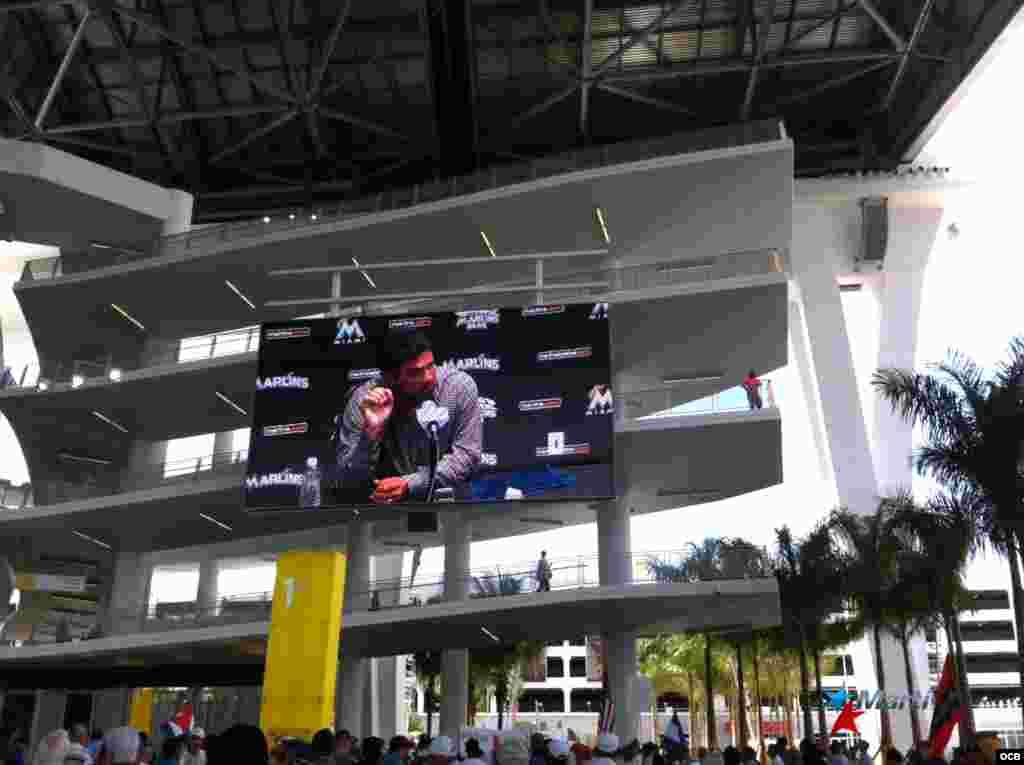 Decenas de personas escuchan las palabras de Ozzie Guillén en vivo a las aceras del nuevo estadio de los Miami Marli