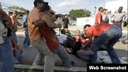 Esta foto de archivo muestra el arresto de un grupo de activistas en Santa Clara.