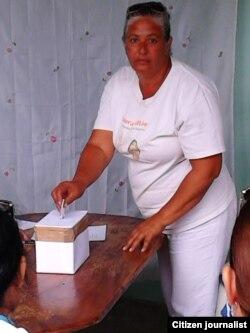 Una de las Damas de Blanco en el momento de emitir su voto.