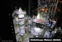 Los cohetes impulsores del Sistema de Lanzamiento Espacial están completamente montados en el Centro Espacial Kennedy de la NASA en Florida. (NASA/Isaac Watson).