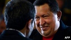 Hugo Chávez (der.) abraza a Mahmoud Ahmadinejad. Foto tomada el 22 de junio de 2012.