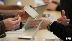 n cliente observa un Apple iPhone en una tienda de esta marca en San Francisco, California (Estados Unidos)