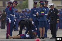 Una cadete se desmaya durante la ceremonia de traslado del féretro del fallecido presidente venezolano Hugo Chávez