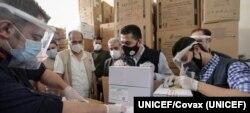 Abren cajas con la primera entrega de vacunas de COVAX contra el COVID-19 en Siria. Foto: UNICEF/COVAX.