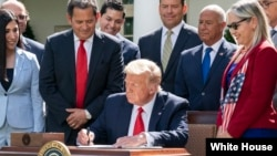 Trump firma decreto para expandir oportunidades a hispanos