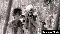Niños observan a un actor del Guiñol de Guantánamo, en Maisí (foto Jorge Ignacio Pérez)