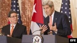 John Kerry y el ministro cubano de Relaciones Exteriores, Bruno Rodríguez (d-i), ofrecen una rueda de prensa.