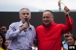 El exembajador de Cuba en Venezuela, Germán Sánchez Otero (i) junto a Diosdado Cabello el 12 de abril de 2012, en un acto frente a la embajada de Cuba en Caracas.
