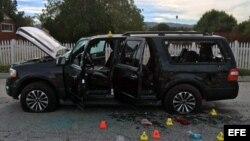 El vehículo donde escapaban los autores del atentado en San Bernardino, California.