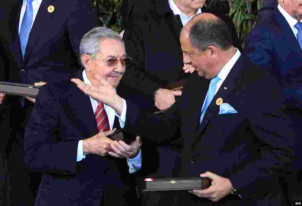 Raúl Castro (i) habla con el presidente de Costa Rica, Luis Guillermo Solís (d), en la III Cumbre de la Comunidad de Estados Latinoamericanos y Caribeños (CELAC).