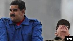 Los presidentes de Cuba y Venezuela, Raúl Castro (d) y Nicolás Maduro (i), respectivamente, hoy, viernes 1 de mayo de 2015, durante el desfile por el día de los trabajadores en La Habana (Cuba). Castro y Maduro presiden hoy el multitudinario desfile por