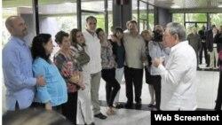 """Raúl Castro habla a familiares y a los espías, entre ellos a Adriana Pérez, la mujer del agente de inteligencia que la embarazó """"por control remoto""""."""