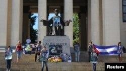 Estudiantes de la Universidad de La Habana rinden tributo al dictador Fidel Castro. REUTERS: Alexandre Meneghini.