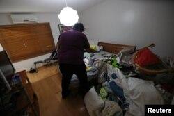 Objetos personales en el piso y sobre la cama en la residencia del principal asesor de Guaidó, Roberto Marrero, detenido en Caracas.