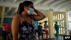 Pacientes en un centro de aislamiento de COVID-19, instalado en la escuela vocacional Lenin, en La Habana. (YAMIL LAGE / AFP)
