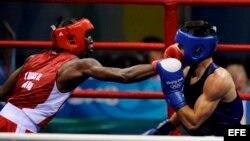 Foto de archivo del cubano Yordenis Ugas, (rojo) en acción frente al rumano Georgian Popescu durante el combate de boxeo de cuartos de final de los Juegos Olímpicos de Pekín 2008.