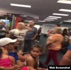 Decenas de cubanos desesperados después que fueron cancelados sus vuelos a Cuba el domingo.