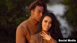 El cantante cubano Yotuel y su esposa, Beatriz Luengo.