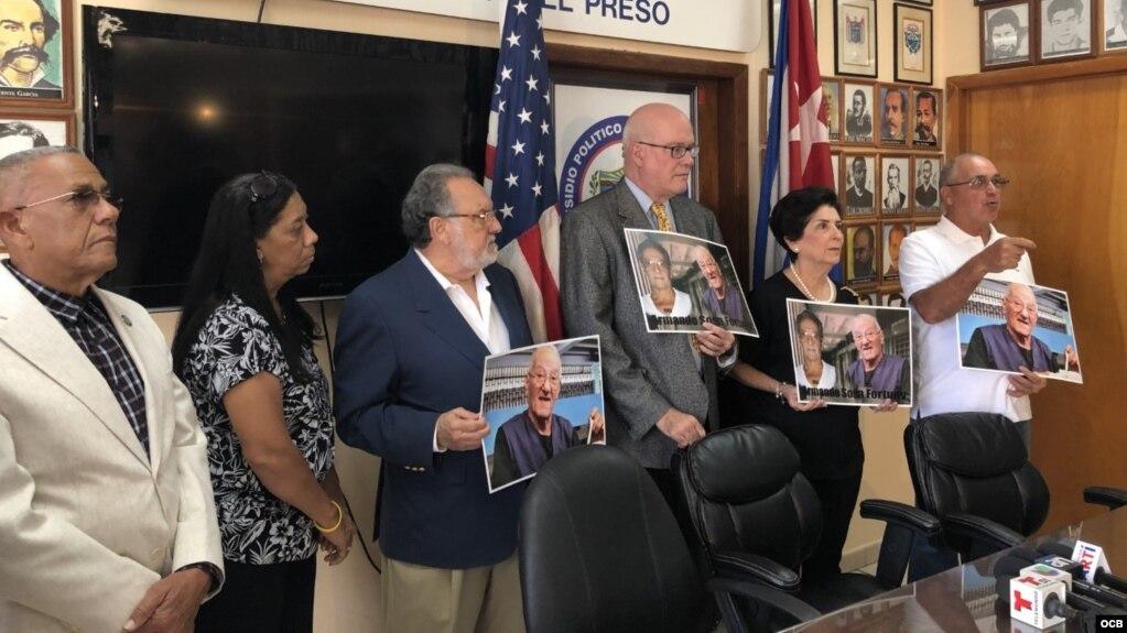 Exiliados cubanos reunidos en la Casa del Preso se despiden en gesto simbólico del prisionero político Armando Sosa Fortuny, fallecido este lunes en Cuba. (Roberto Koltún)