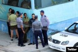 Operativo policial este domingo en los alrededores de la sede de las Damas de Blanco, en Lawton, La Habana.