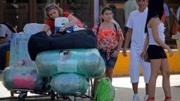 Cubanos residentes en EEUU arriban cargados de equipaje al aeropuerto de La Habana. (Archivo)