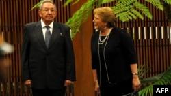 Bachelet en Cuba durante una visita realizada en el 2018 donde fue recibida por el gobernante Raúl Castro. Foto Archivo