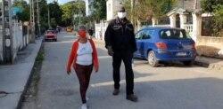 Silverio Portal camina en libertad, junto a su esposa Lucinda González. (Captura de video/Cubanet)
