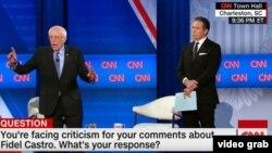 Sanders y el presentador de CNN, Chris Cuomo, en el foro comunitario realizado en Carolina del Sur en vísperas de las primarias en ese estado.