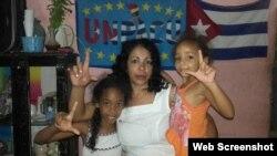 Aimara Nieto Muñoz en una imagen de archivo con sus hijas.